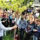 Tradition: Der Jahresbaum gehört einfach dazu, wenn die Zierenberger Gesamtschule neue Schüler begrüßt. In diesem Jahr hat Lehrer Stefan Ackerbauer (links) einen asiatischen Maulbeerenbaum ausgesucht.