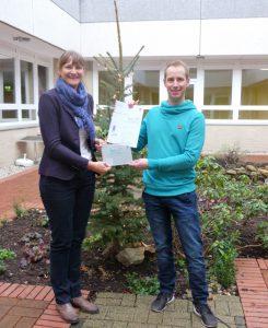 Gütesiegel: Stefan Ackerbauer ist stolz darauf, dass Christiane Lecke der Elisabeth-Selbert-Schule die Auszeichnung als Umweltschule verliehen hat.