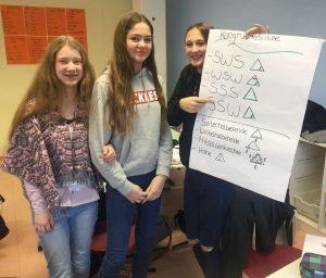 Hanna Höster erklärt Amina Rexhepi und Celina Dorn wie man ein Dreieck mit Hilfe der Kongruenzsätze zeichnet.