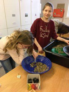 Lara Fischer und Salome Isken beim Goldwaschen.