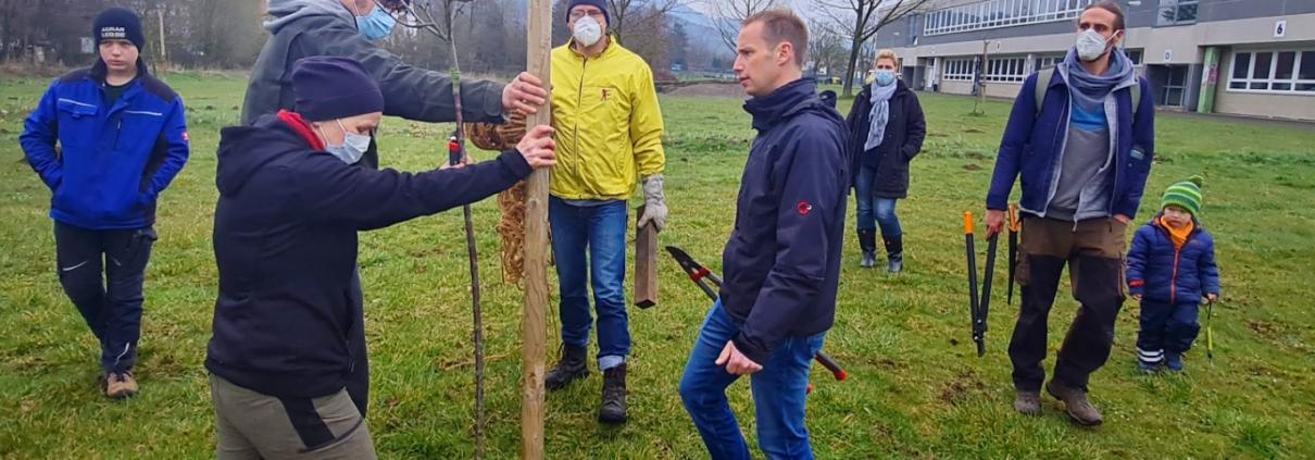 Freuten sich beim Arbeitseinsatz über jede Menge Unterstützung: Andrea und Holger Geiersbach (vorn von links), Lars Grenzemann und Stefan Ackerbauer. Foto: Sascha Hoffmann